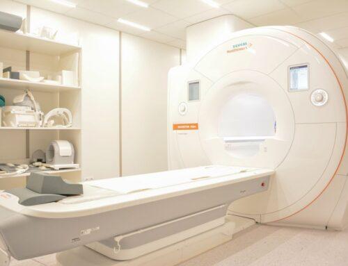 Kiedy wykonuje się rezonans magnetyczny z kontrastem?
